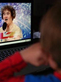 Niño en YouTube