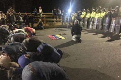 Venezolanos se arrodillan frente a policías ecuatorianos