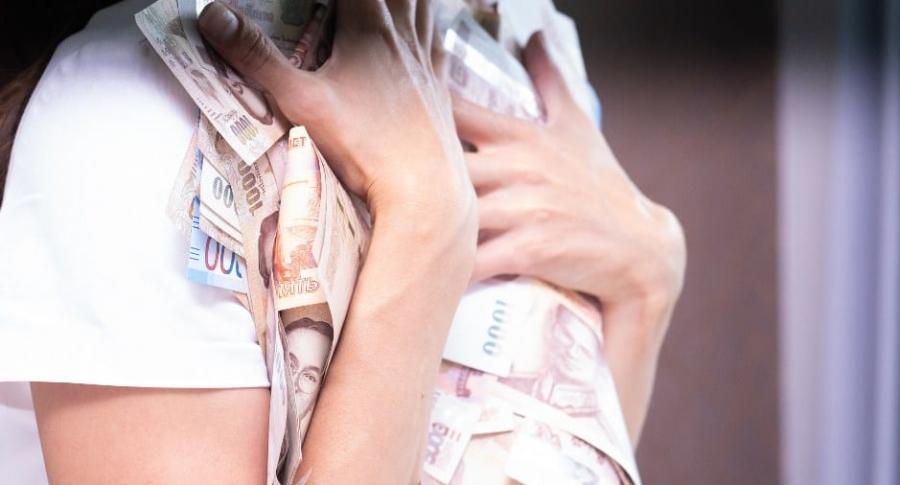 Mujer abraza billetes.