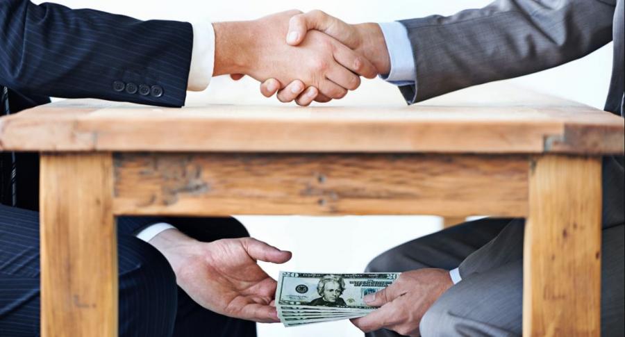 Paso de billetes debajo de una mesa