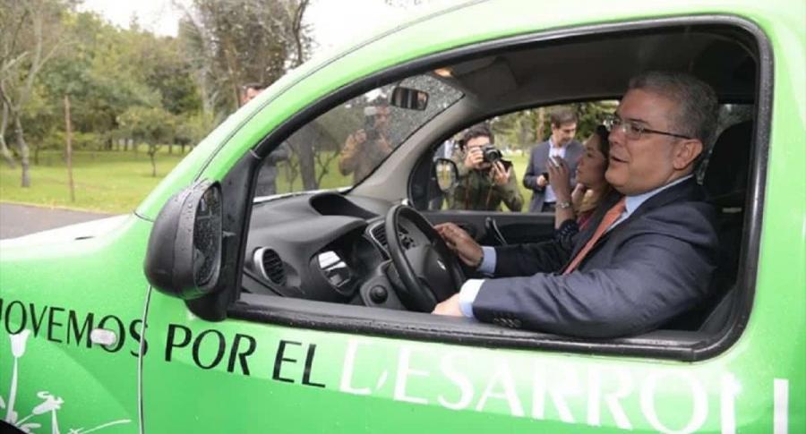 Iván Duque en un vehículo eléctrico