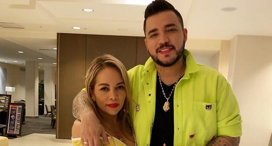Jessi Uribe, cantante, y Sandra Barrios.