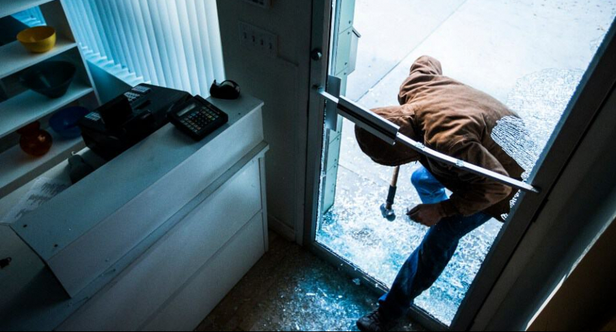 Ladrón rompe puerta.