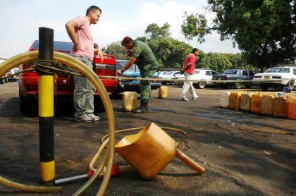 Pimpineros contrabandean gasolina entre Venezuela y Colombia