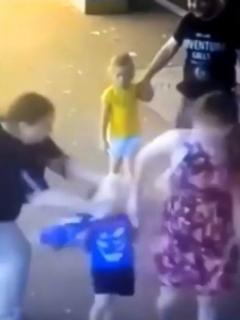 [Video] Mujer le corta la cara a un niño de 3 años en plena calle y frente a sus padres