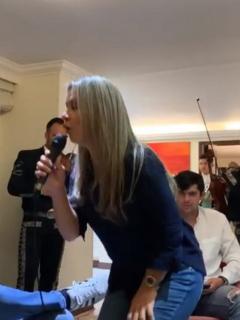 Vicky Dávila cantando