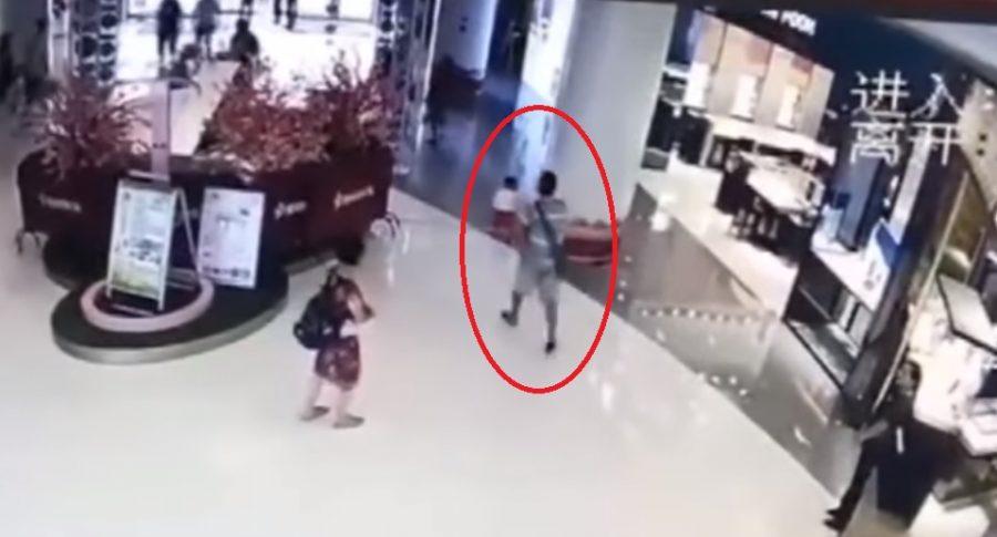 Hombre da patada a bebé en China