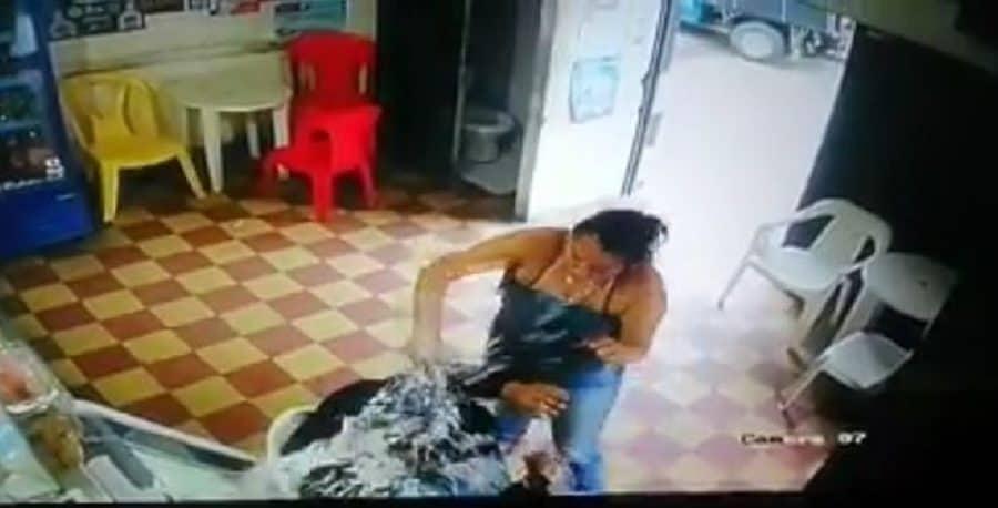 Mujer ataca con botella al esposo