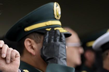 General saludando
