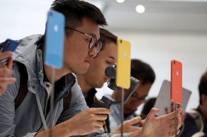 Usuarios viendo el iPhone XR