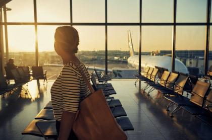 Mujer en un aeropuerto.