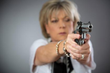Mujer con una pistola.