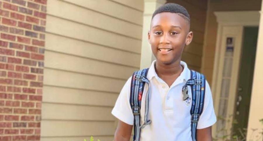 Niño ayuda a víctimas de Dorian.