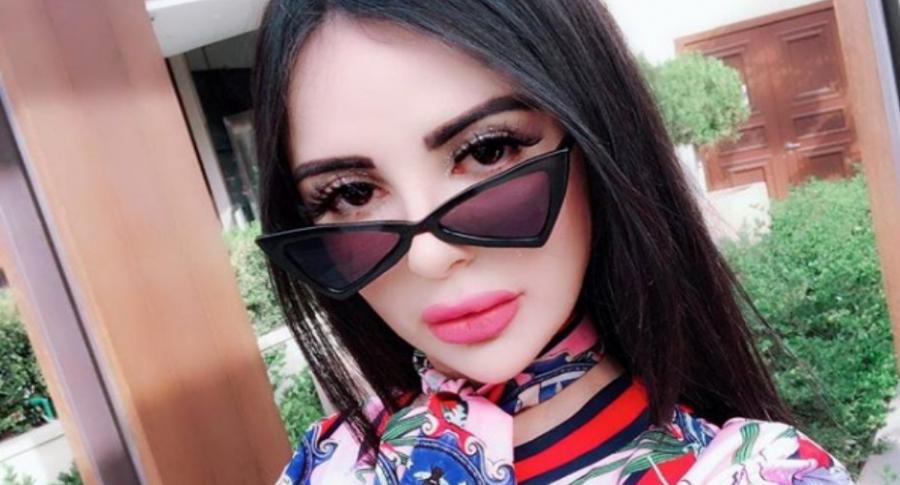 Mujer que quiere lucir como Kim Kardashian.