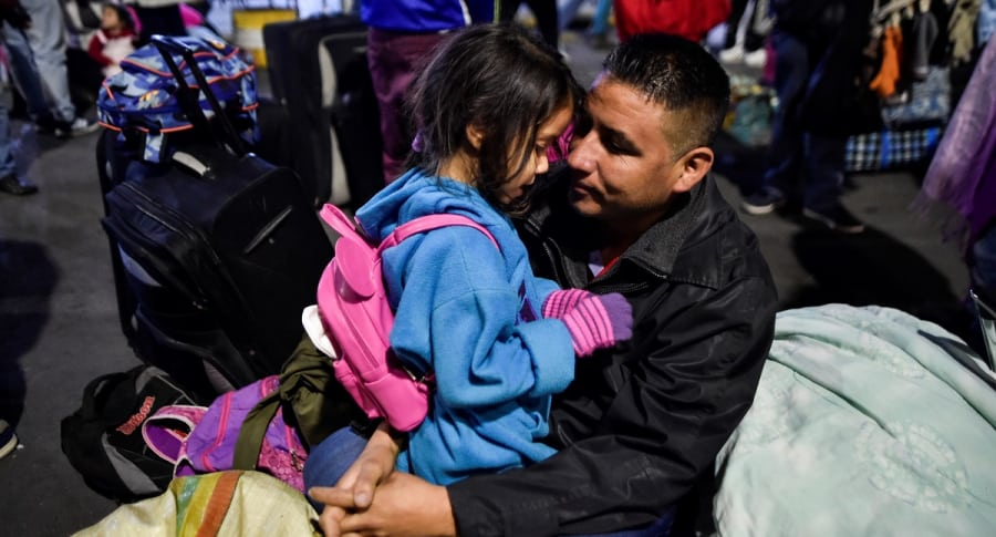 Padre e hija venezolanos en Rumichaca