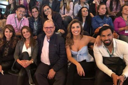 Jota Mario Valencia, Adriana Betancur y Salomón Bustamante, presentadores, con otros integrantes de 'Muy buenos días'.