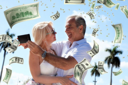 Pareja celebra con dinero.