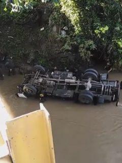 Camión del Esmad volcado