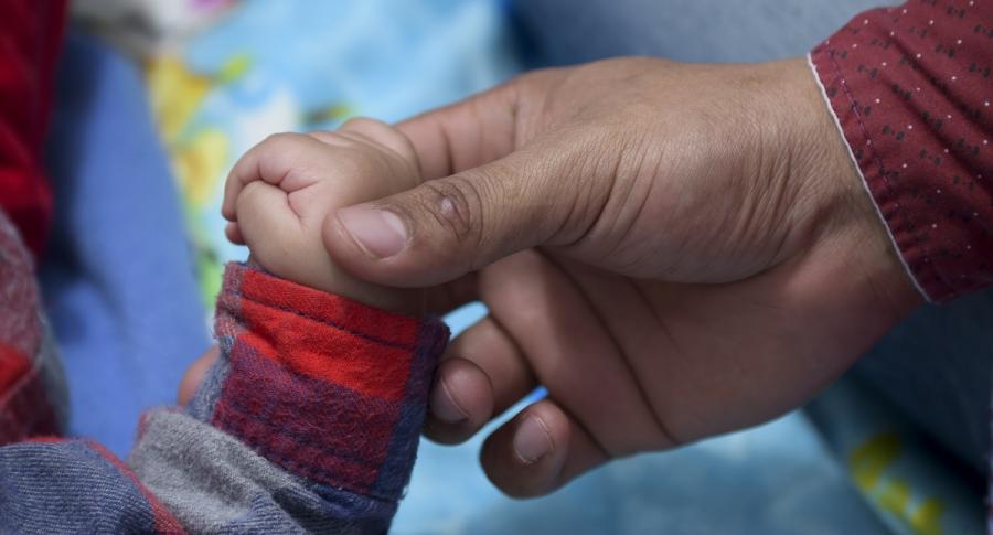 Mano de bebé y adulto