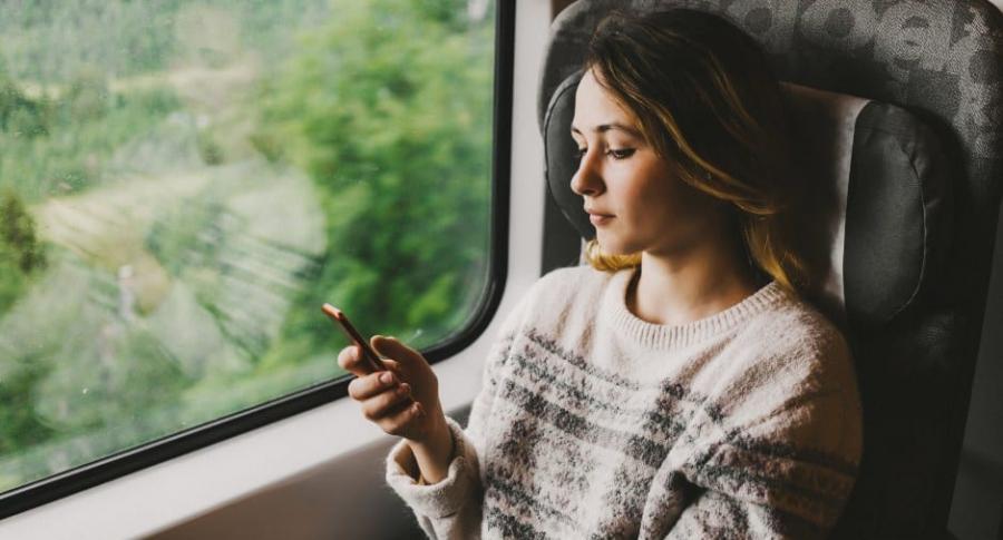 Mujer viajando en tren.