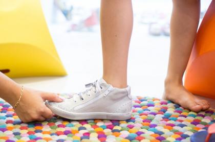 Niña se prueba zapatos.