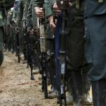 Guerrilleros en formación y armados