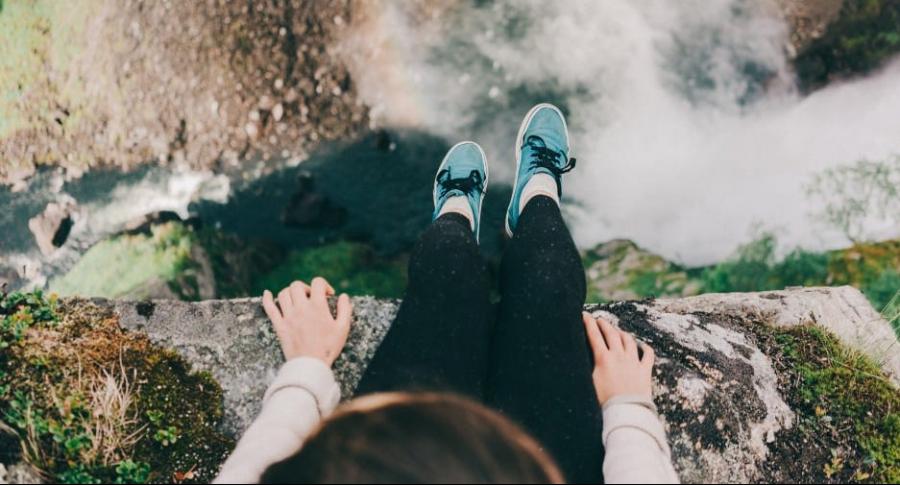 Mujer en una cascada.