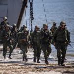 Soldados descienden de barco