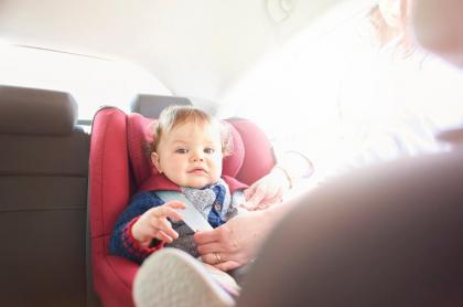 Mujer con su hija en un carro.