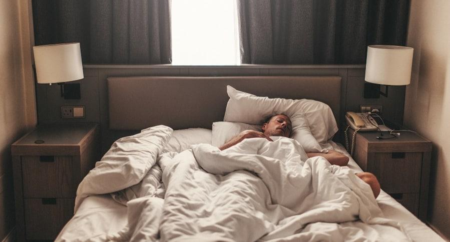 Hombre durmiendo en una cama.