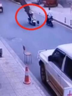 [Video] Motociclista es impactado en la cara por puerta que salió volando de una explosión