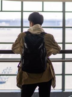Adolescente en un aeropuerto.