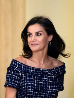 [Video] Reina de España tropieza y regaña a escolta por no avisarle que había un escalón