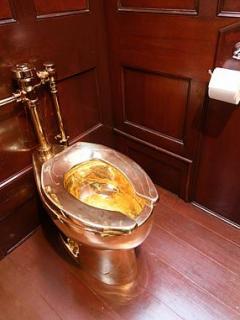 Roban impresionante inodoro de oro de mansión inglesa donde nació Winston Churchill