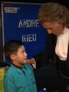 El regalazo que André Rieu le dio a niño flautista que figuró en su fallido concierto