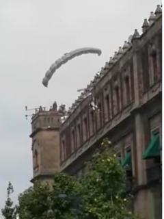 [Video] Paracaidista chocó contra el piso cuando quiso arreglar error que cometió