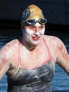 Sobreviviente de cáncer, primera en cruzar a nado Canal de la Mancha 4 veces, sin parar