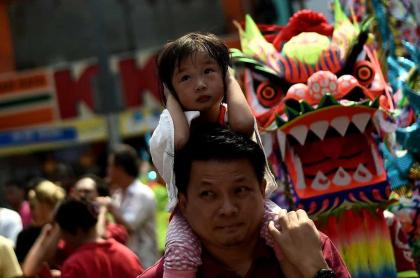 Hombre con su hija en Chinatown de Kuala Lumpur