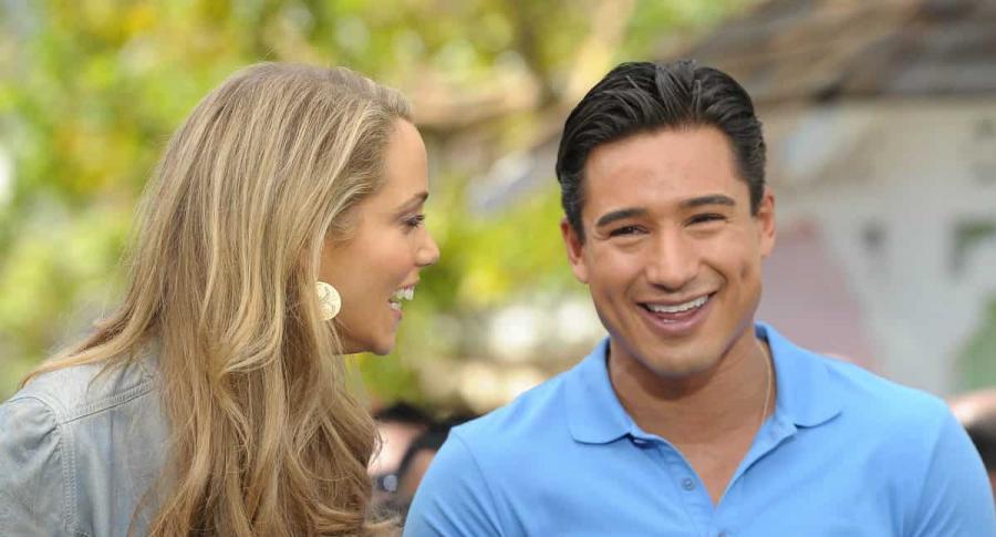 Elizabeth Berkley y Mario Lopez