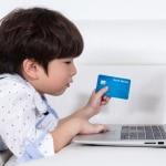 Niño con tarjeta de credito.