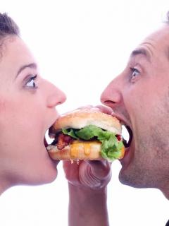 Mujeres que tienen novios 'feos' consumen más comida chatarra, ¿por qué?