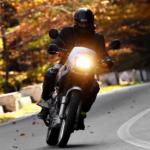 Motociclista en carretera.