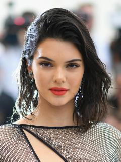 Con nuevo look, Kendall Jenner se parece mucho más a sus hermanas Kim, Kylie y Khloé