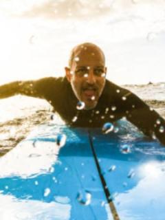 Video] Hombre logra con su dron alertar a surfista que iba ser atacado por tiburón