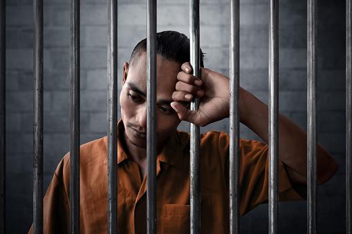 Hombre en la carcel