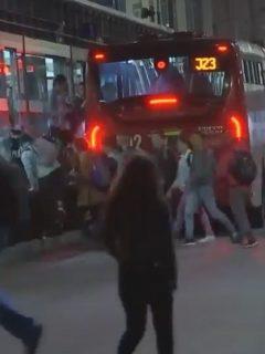 [Video] Filas en Transmilenio ahora son para colarse ordenadamente