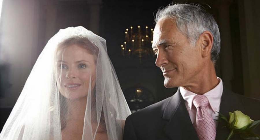 Boda mujer joven y hombre anciano