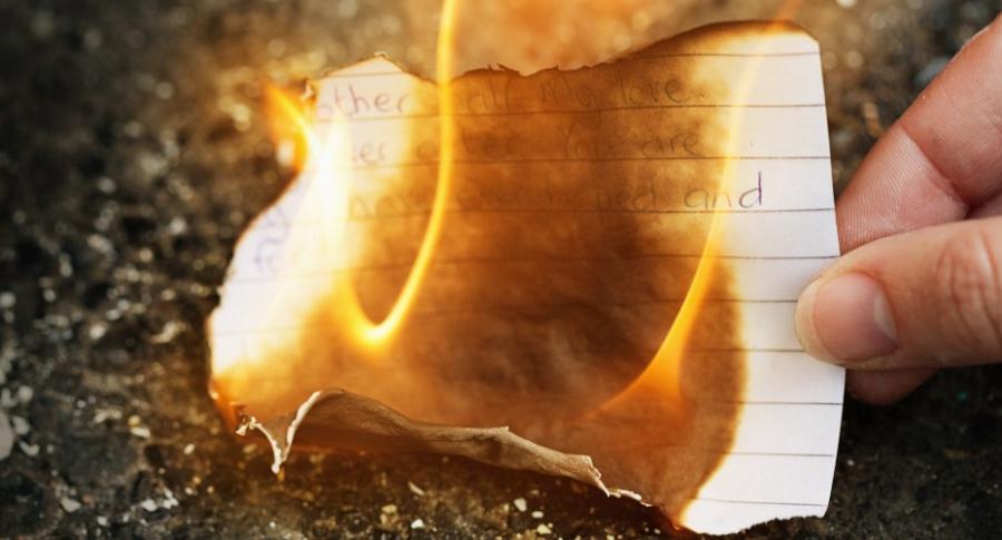 Mujer quema carta.