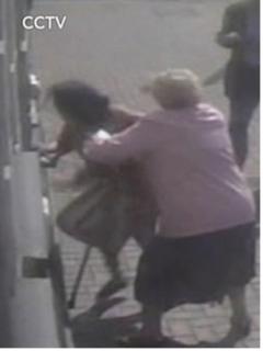[Video] Abuelita de 81 años se enfrentó a joven ladrona y evitó robo de su dinero