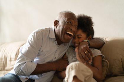 Felicidad abuela y nieta ríen